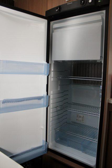 großer Kühlschrank mit Eisfach